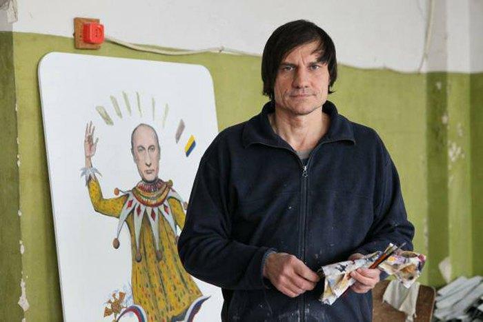 Олег Захаров в мастерской