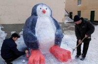 У Дніпродзержинській колонії ув'язнені зліпили зі снігу олімпійського ведмедя