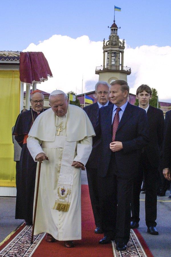 23 червня 2001 року на запрошення президента України Леоніда Кучми та голів українських Греко-католицької та Римо-католицької церков Папа римський Іван Павло ІІ прибув в Україну. Леонід Кучма та Іван Павло II під час зустрічі у Маріїнському палаці.
