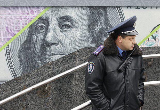 Власть сдерживает натиск доллара