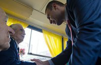 Кличко покатався з ветеранами на ретро-трамваї