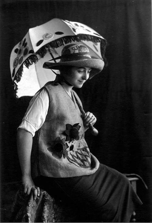 Соня Делоне в тунике, шляпе и с зонтиком собственного дизайна, 1920, Мадрид