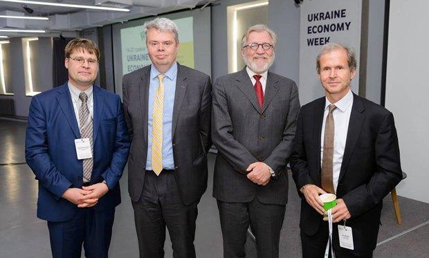 Ерік Берглоф (справа) під час UkraineEconomyWeek в Києві, 2017