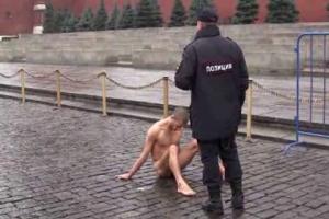 В Москве художник прибил себя гвоздем к брусчатке Красной площади