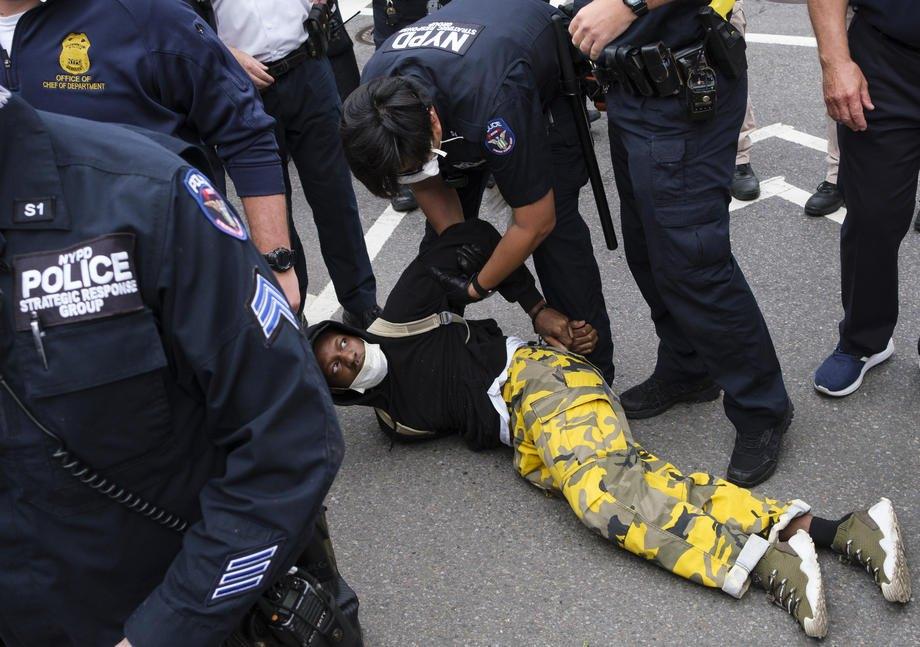 Полицейские задерживают участника протестов в Нью-Йорке, 28 мая 2020.