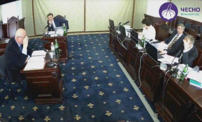 Серій Бондар (сидить боком) на співбесіді у ВККС
