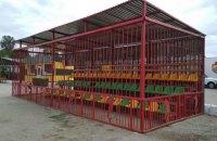 """На стадионе """"Ингульца"""" обновили гостевой сектор, который похож на клетку для хищников"""