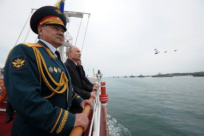 Президент РФ Владимир Путин и министр обороны Сергей Шойгу во время военного парада в Севастополе, Крым, 09 мая 2014.