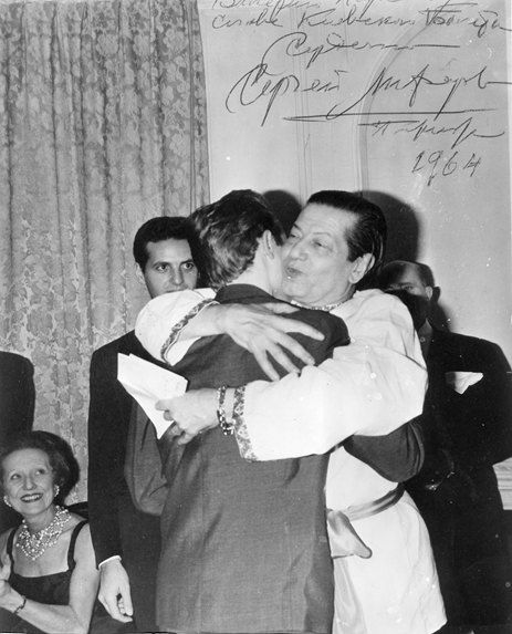 Серж Лифарь поздравляет Валерия Парсегова с вручением Премии имени Вацлава Нижинского. Париж, 1964