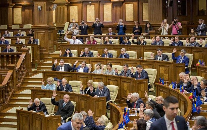 Голосование за отставку премьер-министра Майи Санду на специальной сессии парламента в Кишиневе, 12 ноября 2019.