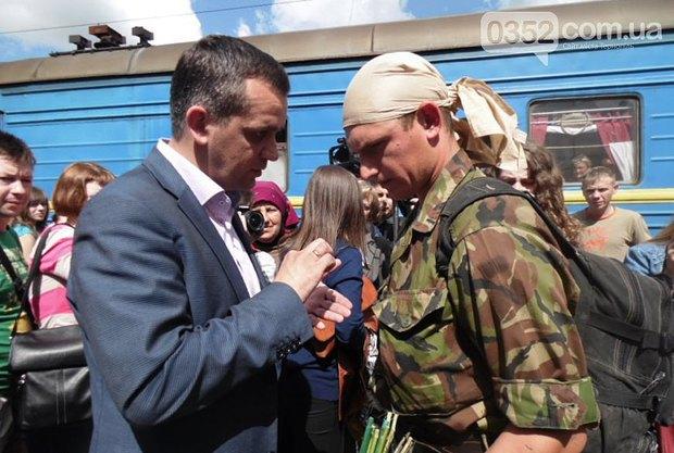 Назар слухає секретаря Тернопільської міської ради і голову місцевої призовної комісії Ігоря Турського
