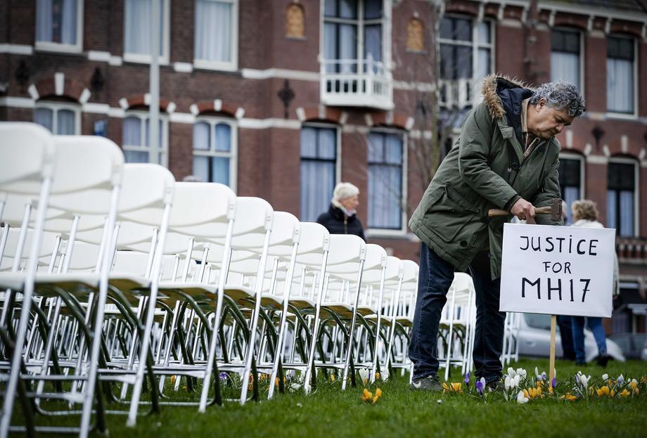 Родичі жертв авіакатастрофи Malaysia Airlines MH17 виставили 298 порожніх стільців під час акції перед російським посольством у Гаазі, Нідерланди, 8 березня 2020 р.