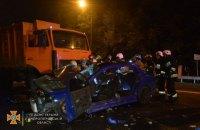 У Дніпрі легковик влетів у сміттєвоз, загинула 20-річна дівчина