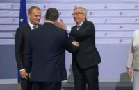 Юнкер назвав Орбана диктатором і дав йому ляпаса