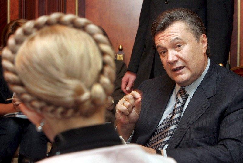 Колишній прем'єр -міністр Віктор Янукович спілкується з прем'єр -міністром України Юлією Тимошенко, Київ, 25 грудня 2007 року.