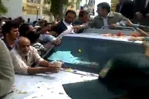 Автомобиль Ахмадинежада атаковали протестующие