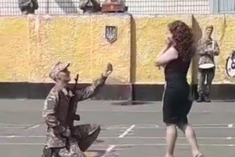 """Новобранець навчального центру """"Десна"""" зробив пропозицію дівчині під час присяги"""
