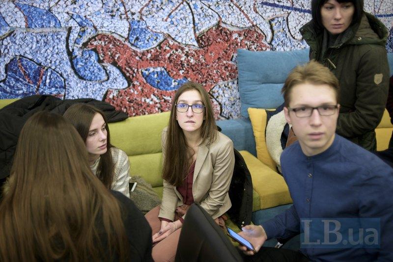 В Українському кризовому медіацентрі студенти почали збиратися до початку конференції та планувати свої дії. Серед них була 6-курсниця і співзасновниця M-Gate Оксана Михайлюк (в центрі)