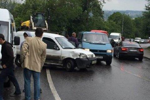 У Львові зіткнулися 7 автомобілів, постраждав один із водіїв