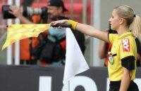 Девушка-арбитр подшутила над футболистом, достав вместо карточки носовой платок
