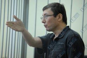 Янукович посадил Луценко за то, что тот подарил ему альбом с наколками