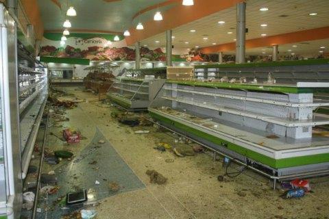 Из-за грабежей на фоне инфляции в Венесуэле супермаркеты начали охранять военные