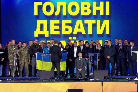 Зеленский и Порошенко стали на колени во время дебатов