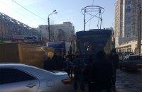 В Одессе пассажиры трамвая перенесли заблокировавший движение автомобиль