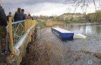 В Черниговской области фура, сбив велосипедистку, упала с моста в реку