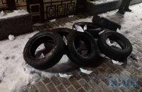 К посольству России в Киеве принесли шины, на огражденную территорию бросили дымовые шашки (обновлено)