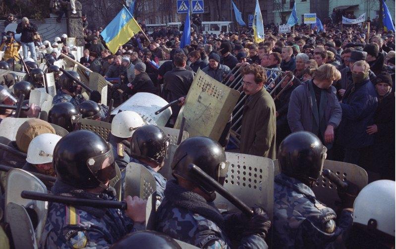 Володимир Чемерис (у центрі) перед початком сутичок протестуючих із «беркутівцями» біля Адміністрації президента, 9 березня 2001 року.