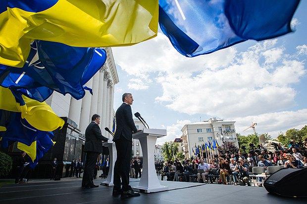 Генсек НАТО Йенс Столтенберг и президент Петр Порошенко после консультаций в Киеве