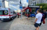 У Києві легковик після ДТП влетів у кав'ярню на зупинці, є постраждалі (оновлено)