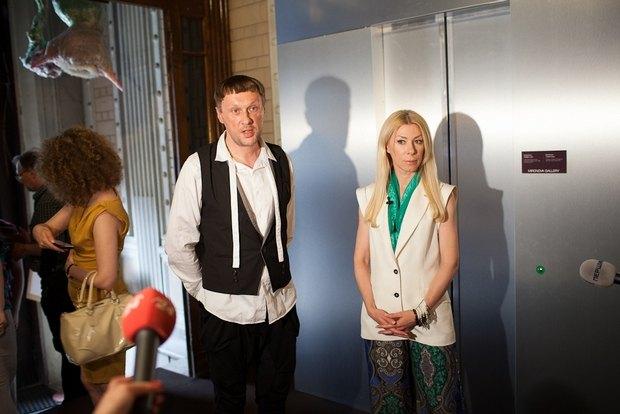 Константин Дорошенко, куратор проекта, и Ольга Громова, участница проекта, делают официальное заявление о закрытии выставки в Шоколадном доме