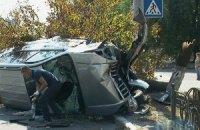 ДТП в Киеве: джип после лобового столкновения влетел в дерево и пробил металлический забор