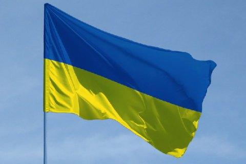 Жителя Івано-Франківська, який витирав ноги об державний прапор, суд відправив за ґрати