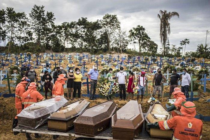 Похороны погибших от СОVID-19 в Манаусе, Бразилия, 23 апреля 2020