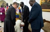 Папа Римський поцілував ноги лідерам Південного Судану, закликавши їх зберегти в країні довгоочікуваний мир