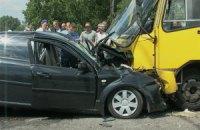 В Киеве легковушка врезалась в маршрутку