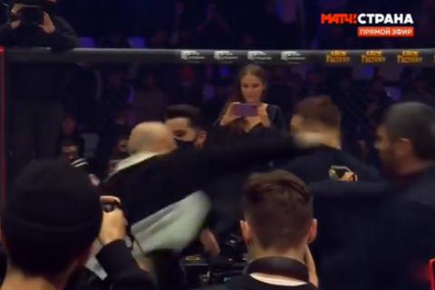 На турнире ММА в Москве после одного и боев произошла массовая драка в середине октагона