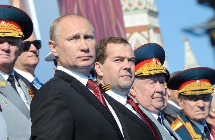 Путин и Медведев на параде 9 мая