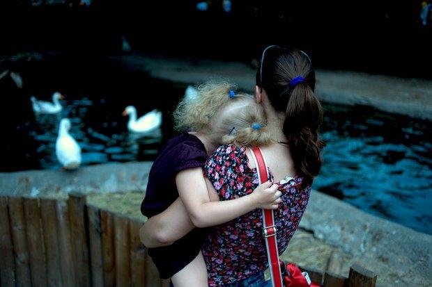 Лиза, героиня фотоистории Макса Левина, на руках у мамы