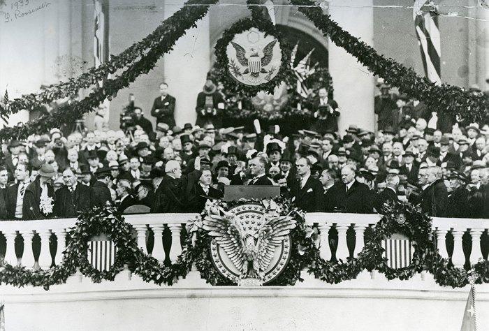 Церемония инаугурации Франклина Д. Рузвельта на восточной террасе Капитолия в Вашингтоне, 4 марта 1933 года.
