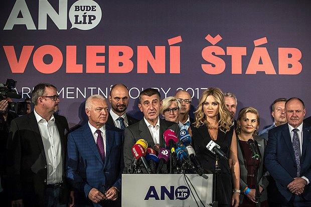Лидер движения АНО Андрей Бабиш (в центре) во время пресс-конференции, Прага, 21 окт. 2017.