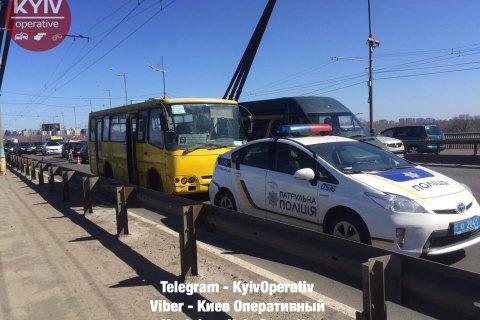 Маршрутка з несправними гальмами в'їхала в поліцейське авто в Києві