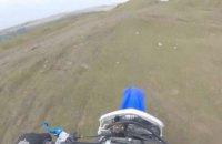 Мотогонщик дивом вижив після падіння з 15-метрової скелі
