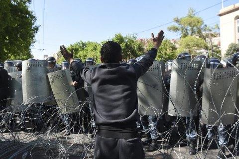 На акції протесту в Єревані вийшли студенти і люди у військовій формі