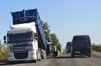На Прикарпатье ремонтировали дороги с партийной символикой, - КИУ