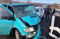 Біля Ужгорода зіткнулися п'ять автомобілів, постраждали семеро людей