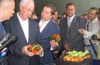 Азаров має намір годувати країну лише українськими овочами